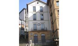 Unamuno Plaza eta Lezamako geltokiko eraikina. Bilbo.