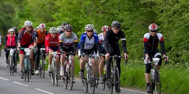 Ciclistas deportivos en grupo para una mejor defensa