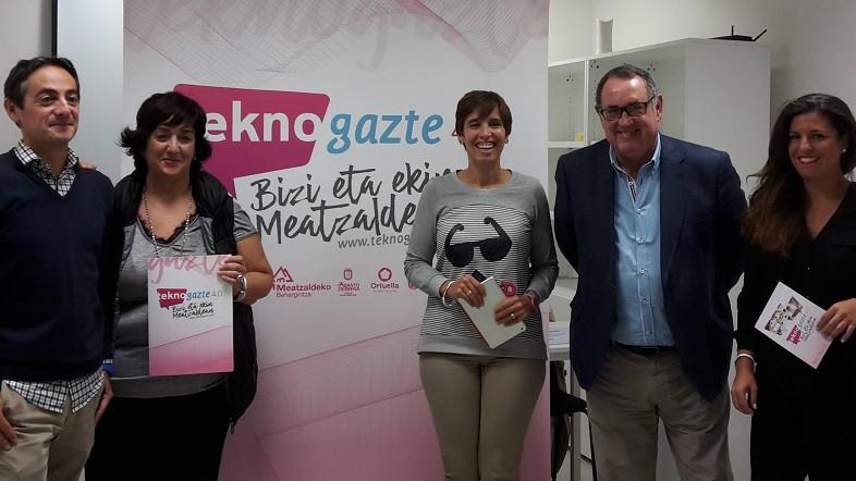 Maitane Leizaola, en el centro, con los representantes municipales de la comarca
