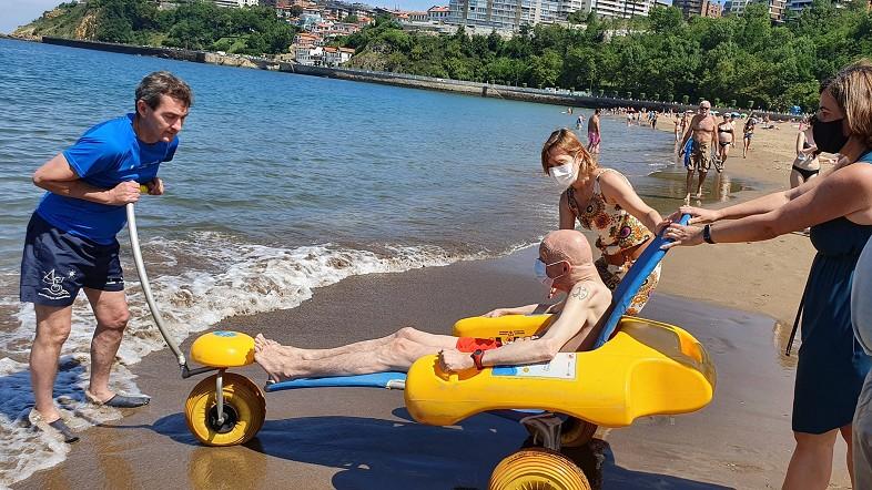 Las playas de La Arena, Ereaga, Laidatxu, Isuntza, Arrigorri y Plentzia vuelven a contar un año más con servicio de baño asistido