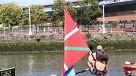 Lorea Bilbao, entregando la bandera