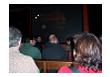 Personas sentadas viendo unas diapositivas.